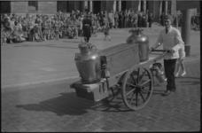 1418-2 Een melkboer met een handkar tijdens de optocht van melkboeren op de Coolsingel.