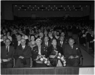 1464-2 Aanwezigen in de Groote Schouwburg ter gelegenheid van de opening van de Week van de Fotografie 1958. Op de ...