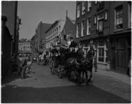 1471-1 Vrolijke optocht in de Gouvernestraat met koetsjes richting West-Kruiskade, in het kader van de ...