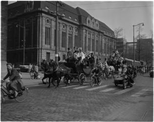 1471-2 Vrolijke optocht met koetsjes op de Coolsingel in het kader van de Koninginnedag-manifestatie Tiereliedam met ...