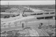 1483-1 Verkeersbruggen in aanbouw over het Schie-Schiekanaal in Kleinpoldergebied.