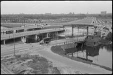 1483-2 Blijdorpsebrug en verkeersbruggen in aanbouw over het Schie-Schiekanaal bij Kleinpolder gezien richting de wijk ...