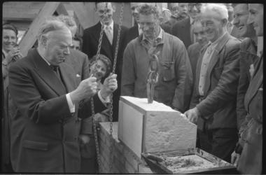 1507-5 Mr.K.P. van der Mandele legt de eerste steen voor het gebouw van de Centrale Hervormde Jeugdraad aan de St. ...