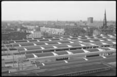 1515-1 De nieuwe overkapping van het Centraal Station. Op de achtergrond de Provenierswijk met de Spoorsingel en de ...