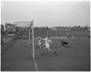 152-2 Spelmoment voetbalwedstrijd Sparta - Ajax.