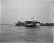 1549-1 Gehavende en uitgebrande Noorse tanker Artemis op Nieuwe Maas bij Heijplaat na een eerdere aanvaring met de ...