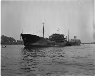 1549-2 Gehavende en uitgebrande Noorse tanker Artemis in de Petroleumhaven na een eerdere aanvaring met de Noorse ...