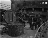 1549-3 Brandweermannen aan boord van de gehavende en uitgebrande Noorse tanker Artemis in de 1e Petroleumhaven na een ...