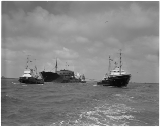 1549-4 Gehavende en uitgebrande Noorse tanker Artemis op de Nieuwe Waterweg na een eerdere aanvaring met de Noorse ...