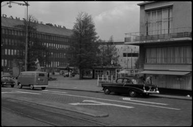 1554 De Blaak op de hoek met de Coolsingel en het standbeeld van Erasmus (links). Rechts het Erasmushuis (HBU-gebouw) ...