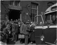 1581 Bejaarden vertrekken per bus vanaf het Katendrechts Volkshuis in de Tolhuisstraat 73 voor een vakantie in Haamstede.