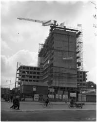 1604 Hoogste punt van het in aanbouw zijnde AMVJ-gebouw (deel van Rijnhotel) hoek Mauritsweg en Kruiskade.