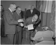 161 Burgemeester mr G.E. van Walsum bij in gebruikneming van nieuwe automatische telegraafcentrale.