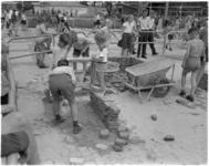1622-1 Jeugdige metselaars actief tijdens de jeugdvakantiemanifestatie Jeugdland in de Energiehal