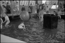 1622-3 Kinderen in de waterbak tijdens de jeugdvakantiemanifestatie Jeugland in de Energiehal