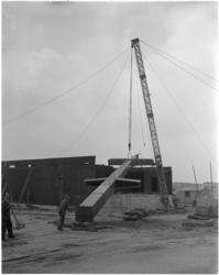 1627-1 Plaatsing stalen mast Havenvakschool (Waalhaven-Zuid).