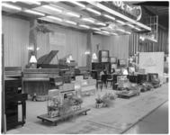 163-3 Stand van Joh. de Heer op de Femina, afdeling piano's, radio's, televisies.