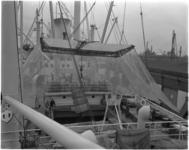 1643 Stukgoedlading van dit Zweedse schip wordt hier droog gelost met gebruikmaking van een losparaplu.