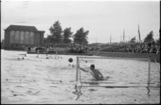 1651 Waterpolowedstrijd in de Delftsevaart bij het Haagseveer, op de achtergrond kerkgebouw van de Doopsgezinde ...