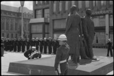 1669-1 Kranslegging op het Stadhuisplein bij het Monument voor alle gevallenen door de Amerikaanse commandant K.Craig