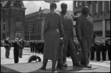 1669-2 Kranslegging op het Stadhuisplein bij het Monument voor alle gevallenen door de Amerikaanse commandant K.Craig
