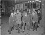 168-1 Jongeren die de rock and roll dansen.