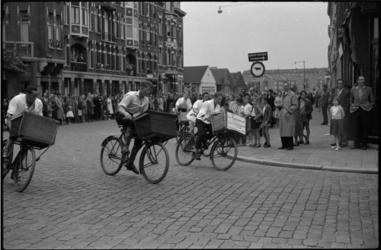 1681 Grote publieke belangstelling bij de bestelfietsenrace voor slagersjongens in de Hugo de Grootstraat.