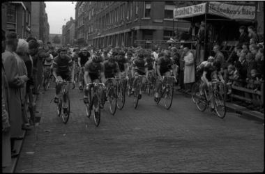 1684 Start Ronde van Crooswijk in de Rubroekstraat.