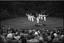 1696 Volksdansvoorstelling van Morrisdancers in Openluchttheater Dijkzigt.