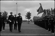 1700 Generaal-majoor H.O.Romswinckel (r.) draagt op het terrein van de Van Ghentkazerne het commando van Korps ...