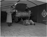 1707-1 ANWB-keuring in een tent op het Schouwburgplein.