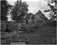 1708-6 Fotoserie met gedupeerden over de gevolgen van een brandstichting van vijf boerderijen in Haastrecht.