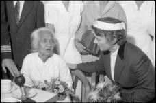 1727 Minister Marga Klompé bezoekt 103-jarige evacuee, mevrouw Portier-Tan Kiet Nio, aan boord van de Sibajak, ...