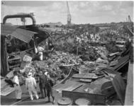 1752 Overzicht schade na de brand in een papierloods bij firma L. de Wit aan de Feijenoorddijk.