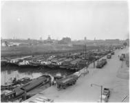 1767-1 Gezicht op het Boerengat vol met binnenvaartschepen en rechts de Admiraliteitskade, in de verte van links naar ...