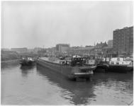 1767-2 Gezicht op het Boerengat vol met binnenvaartschepen en rechts de Admiraliteitskade.