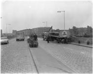 1768-1 Vrachtwagen beladen met butagasflessen verliest een deel van zijn lading op de Doklaan.