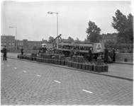 1768-2 Vrachtwagen beladen met butagasflessen verliest een deel van zijn lading op de Doklaan.