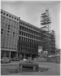1774-1 Hoogste punt bereikt van het nieuwe winkel- en kantorencomplex van de Eerste Hollandse ...