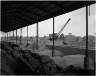 1777 Afbraak zijwand van station Hofplein in verband met de komende verbouwing door aannemer Van Waning & Co. Op de ...