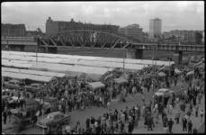 1779-2 Nieuwe centrummarkt aan de Binnenrotte langs het spoorviaduct. Op de achtergrond de kantoren aan de Blaak.