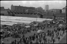 1779-3 Nieuwe centrummarkt aan de Binnenrotte langs het spoorviaduct. Op de achtergrond de kantoren aan de Blaak.