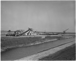 1808-1 Baggerwerk voor het plan Europoort door baggermolen de Noord op het Eiland van Rozenburg.