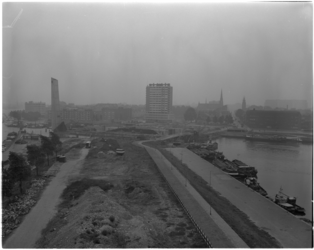 1810-1 Wegdeksituatie aan de Boompjes met rechts de Scheepsmakershaven en de Leuvehaven. In de verte monument De Boeg, ...