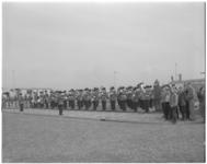 182-1 De Luchtmachtkapel staat aangetreden op het vliegveld.