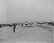 182-10 Vliegtuig wordt door marshaller op het nieuwe vliegveld Zestienhoven naar zijn plek geleid.