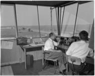 182-11 Kijkje in de verkeerstoren van de luchtverkeersleiding op vliegveld Zestienhoven.