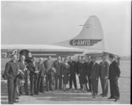 182-2 Genodigden voor een vliegtuig bij de opening van het vliegveld Zestienhoven.