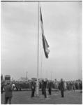 182-3 Commissaris van de koningin mr. J. Klaasesz opent met het hijsen van de vlag het vliegveld Zestienhoven.