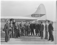 182-5 Genodigden voor een vliegtuig bij de opening van het vliegveld Zestienhoven.
